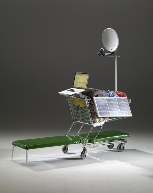 gepolsterte Liegefläche, Erste Hilfe Paket, Spiegel, Trillerpfeife, Multifunktionswerkzeug, Taschenlampe, Kunststoffhaube mit Sichtfenster